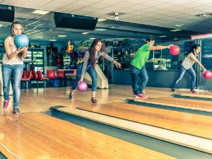 Spaß mit Freunden beim Bowling
