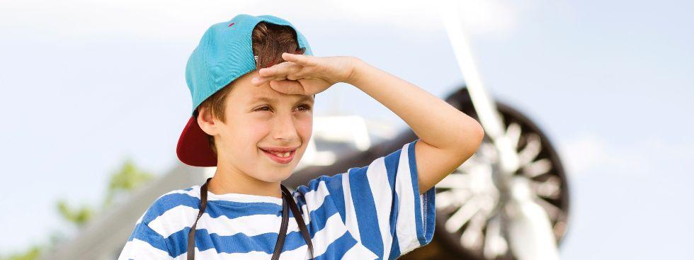 Weltreisefest im Besucherpark: Junge schaut in die Ferne