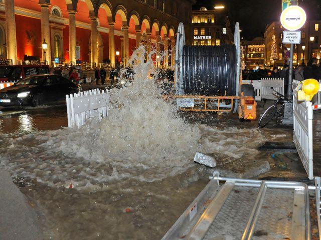 Wasserrohrbruch vor der Oper in München, Foto: Berufsfeuerwehr München