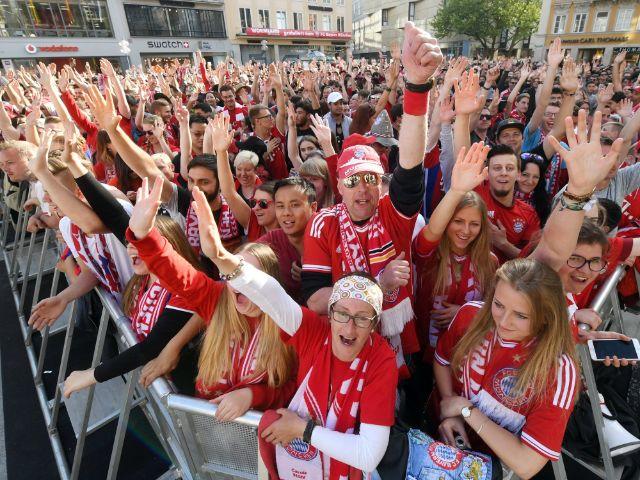 Fans warten auf dem Marienplatz in München auf die Meisterfeier des FC Bayern, Foto: dpa