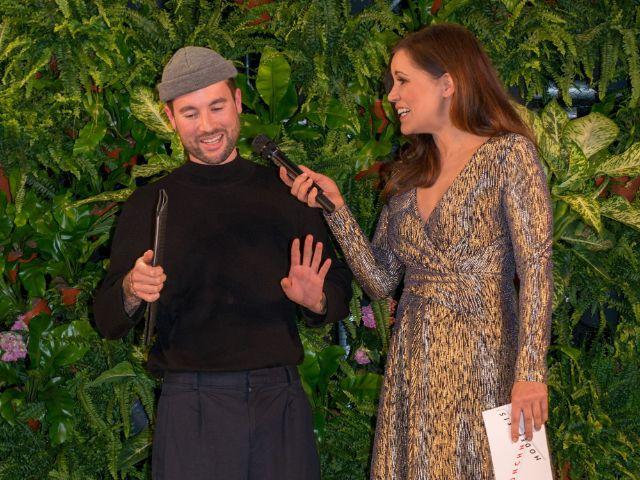 Münchner Modepreis 2018: Felix Richter der Gewinner des 1. Platzes mit Moderatorin Karen Webb, Foto: Karsten Lauer