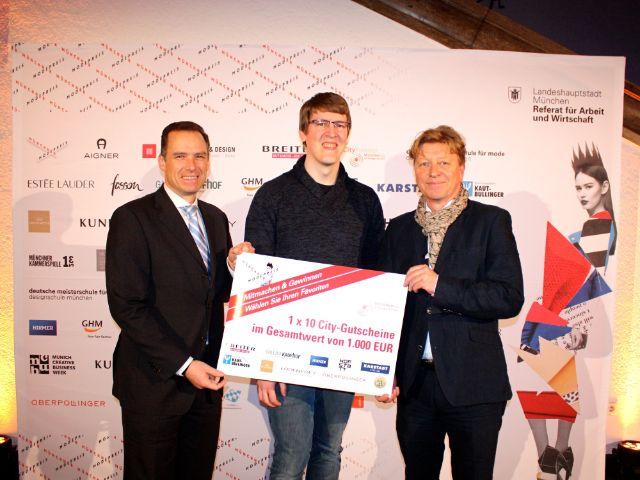 Münchner Modepreis 2018: Peter Inselkammer, Vorsitzender CityPartnerMünchen e.V. (links) und Wolfang Fischer Geschäftsführer von CityPartner e.V. (rechts) mit dem Gewinner der Verlosung beim Publikumsvoting, Foto: Leonie Liebich / muenchen.de