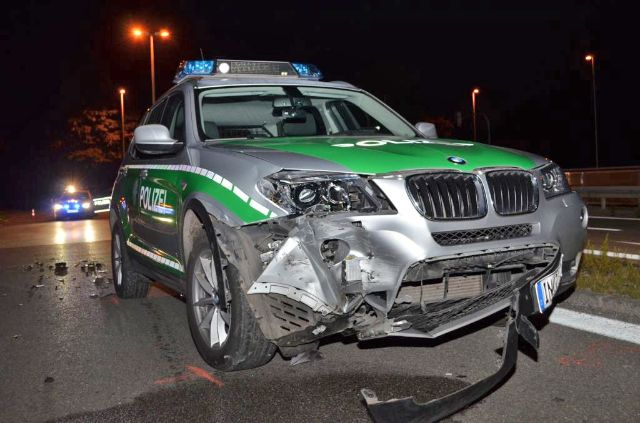 Ein demolierter Polizeiwagen nach der Verfolgungsjagd, Foto: Polizei München