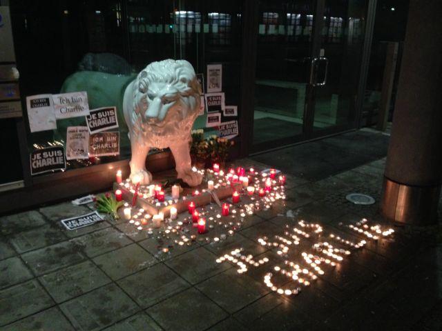 Kerzen vor dem französischen Generalkonsulat in München für Gedenken an die Opfer des Anschlags auf Charlie Hebdo in Paris , Foto: Michael Hofmann