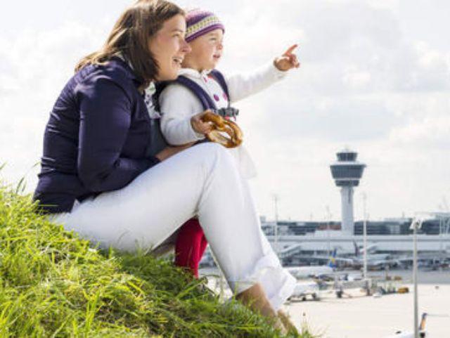 Mutter und Kind auf dem Besucherhügel am Flughafen München, Foto: Flughafen München