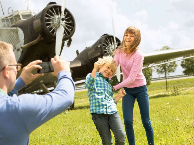 Kinder werden vor historischen Flugzeugen fotografiert, Foto: fl