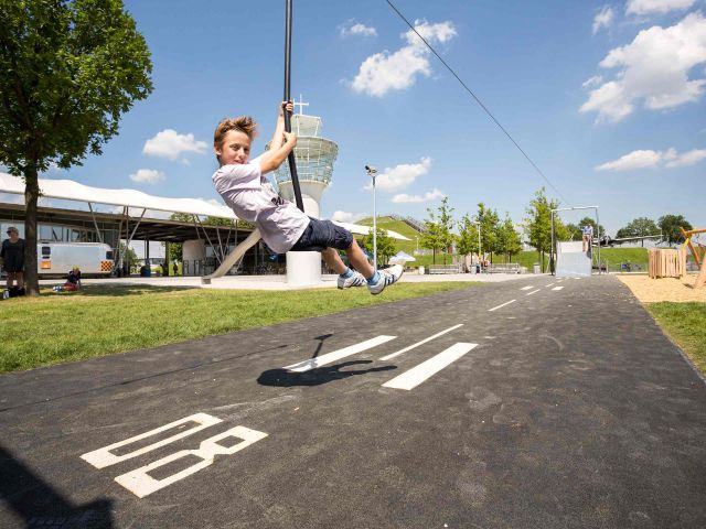 Junge auf dem Erlebnis-Spielplatz, Foto: Flughafen München