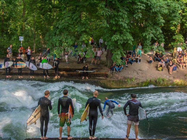 Surfen am Eisbach im Englischen Garten, Foto: Michael Hofmann