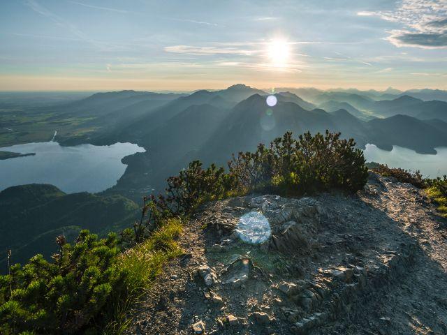 Blick vom Gipfel des Herzogstandes auf den Kochel- und Walchensee, Foto: Tourist Information Kochel am See/Thomas Kujat