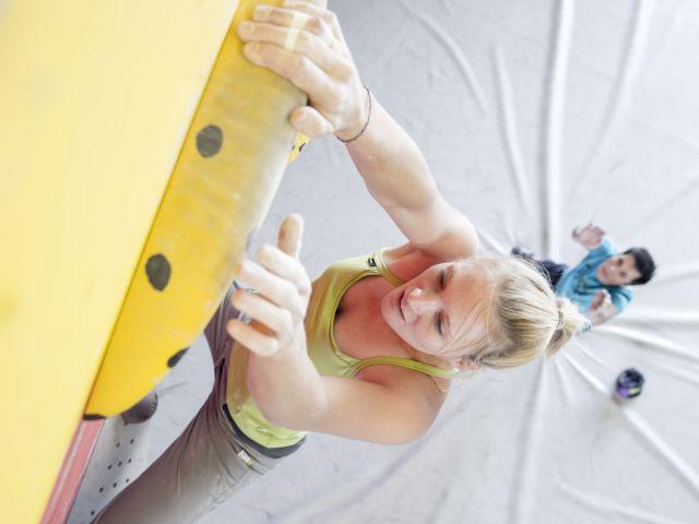 Kletterin an einer Boulderwand, Foto: Hansi Heckmair / DAV