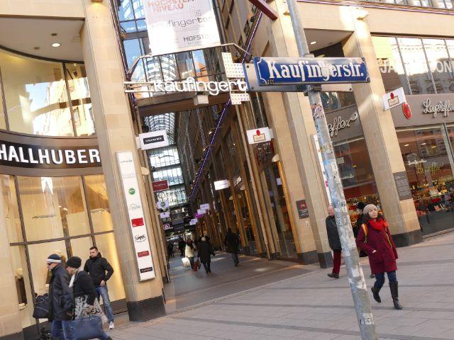 Münchner beim Shopping in der Sonne, Foto: Lukas Fleischmann