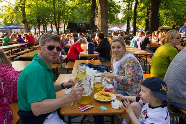Besucher im Biergarten im Hirschgarten. , Foto: Katy Spichal