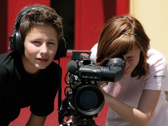 """Kinder beim """"Filmenden Klassenzimmer"""" in der Bavaria Filmstadt, Foto: Bavaria Filmstadt"""