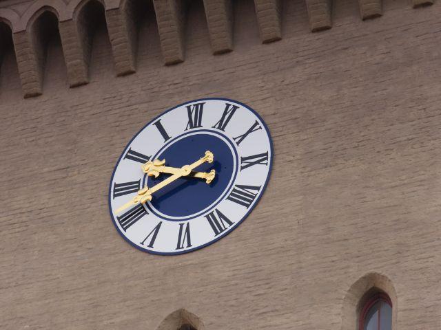 Die spiegelverkehrte Uhr am Isartor, Foto: Katy Spichal