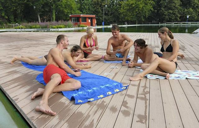 Young people sitting on a terrace at the Naturbad Maria Einsiedel., Foto: SWM