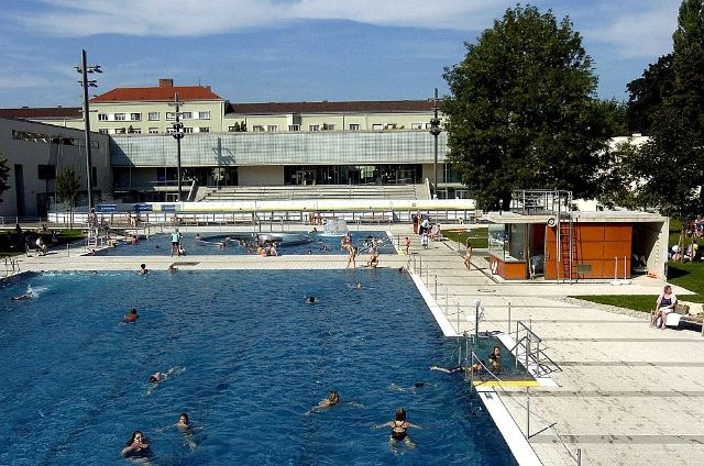Two large outdoor pools at a sunny day in munich., Foto: SWM