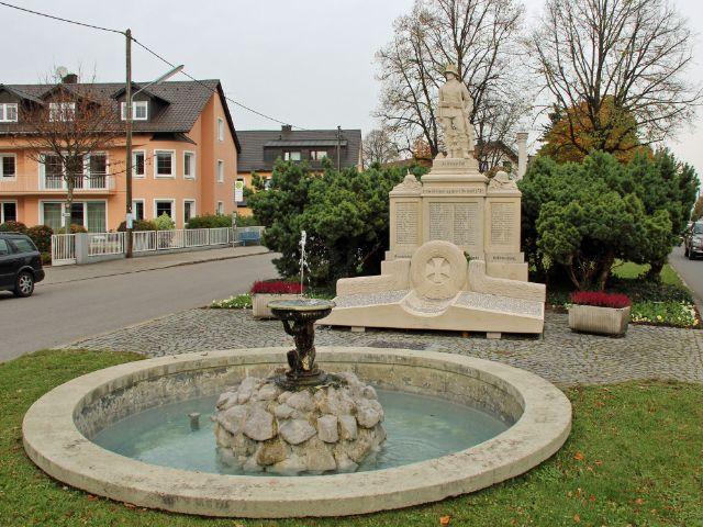 Kriegerdenkmal an der Strasse, Foto: Christian Brunner