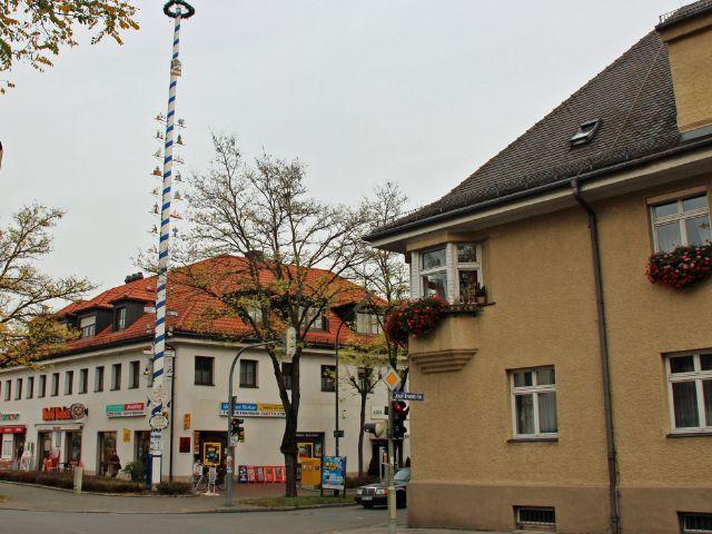 Historisches Zentrum von Feldmoching mit Maibaum, Foto: Christian Brunner
