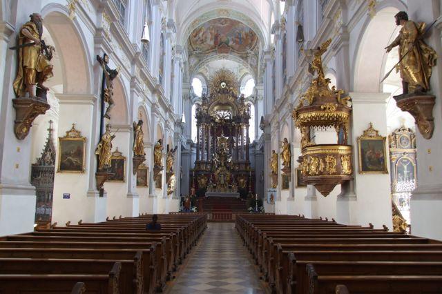 Peterskirche von Innen mit Hochaltar, Foto: München Tourismus