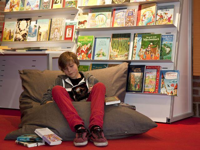 Münchner Bücherschau lesender Junge, Foto: Münchner Bücherschau