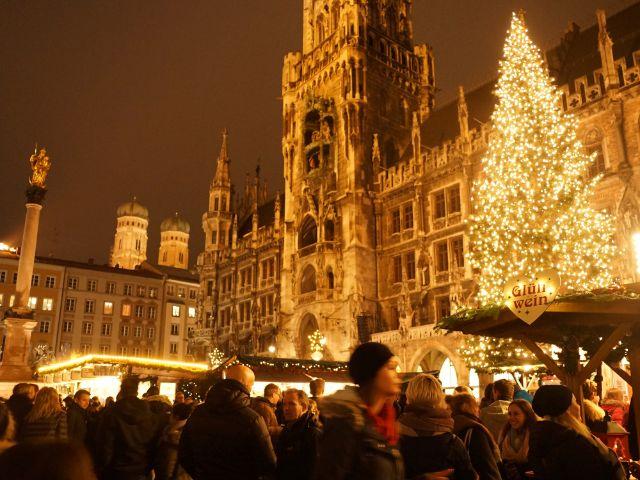 Leute am Weihnachtsmarkt, Foto: muenchen.de/ Dan Vauelle