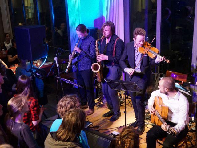 Band mit Geige, Saxophon und Gitarre, Foto: muenchen.de/ Vauelle