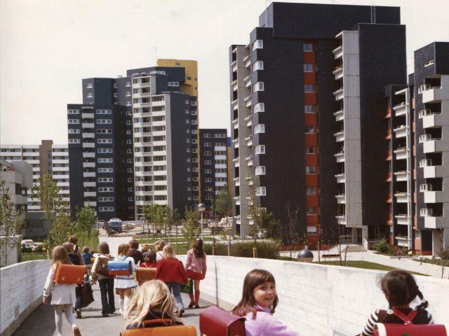 Kinder auf dem Schulweg, Fußgängerbrücke über den Karl-Marx-Ring in Neuperlach, Juni 1974, Foto: Kurt Otto/Wohnungs- und Siedlungsbau Bayern GmbH & Co. OHG, Bestand Neue Heimat Bayern