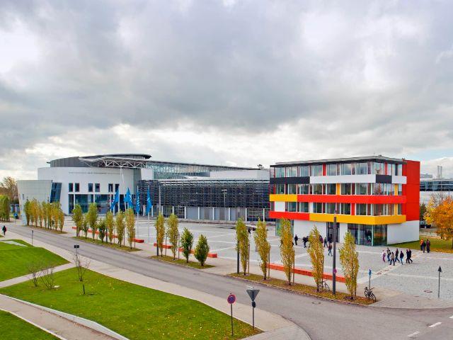 Das Exzellenzzentrum der TU München in Garching vor der Fakultät für Maschinenwesen, Foto: Eckert, Astrid / TUM
