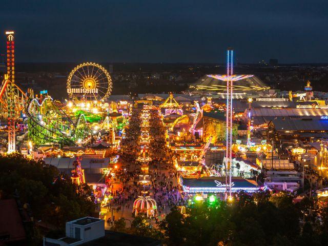 Oktoberfest Panorama bei Nacht