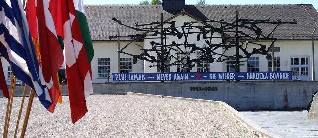 KZ-Gedenkstätte Dachau mit Fahne, Foto: Stadt Dachau