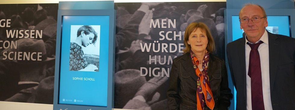 """Die Vorsitzende der """"Weiße Rose Stiftung e.V."""", Dr Hildegard Kronawitter und Münchens Kulturreferent Dr. Hans Georg Küppers, Foto: muenchen.de/Dan Vauelle"""
