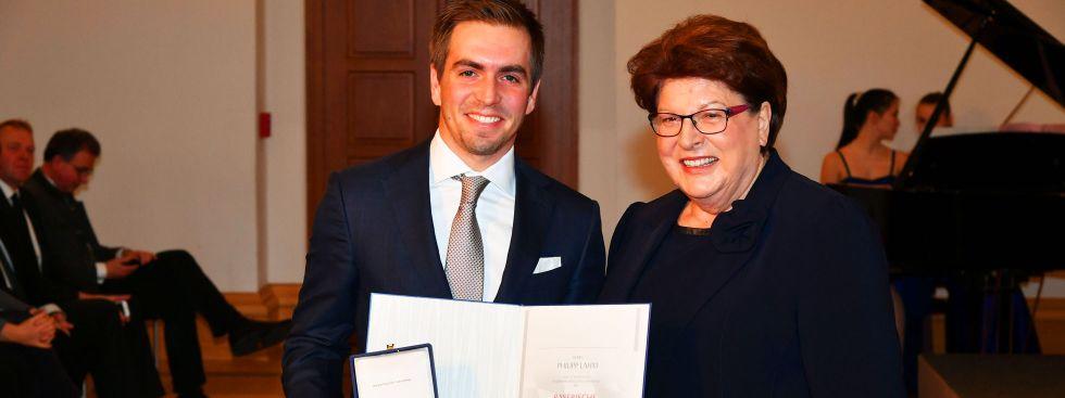 Philipp Lahm erhält von Landtagspräsidentin Barbara Stamm die Verfassungsmedaille, Foto: Rolf Poss