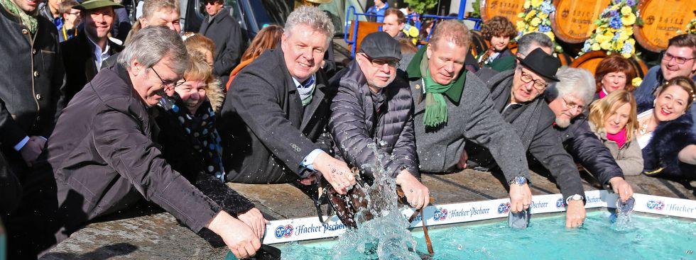 Traditionelles Geldbeutelwaschen am Fischbrunnen, Foto: Michael Nagy / Presseamt München