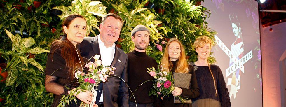 Münchner Modepreis 2018: Otilia Vlad (2. Preis), Bürgermeister Josef Schmid, Felix Richter (1. Preis) , Christina Kiker (Publikumspreis), Laura Maria Pairan (2. Preis), Foto: Leonie Liebich / muenchen.de