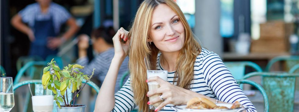 Junge Frau entspannt in einem Münchner Café