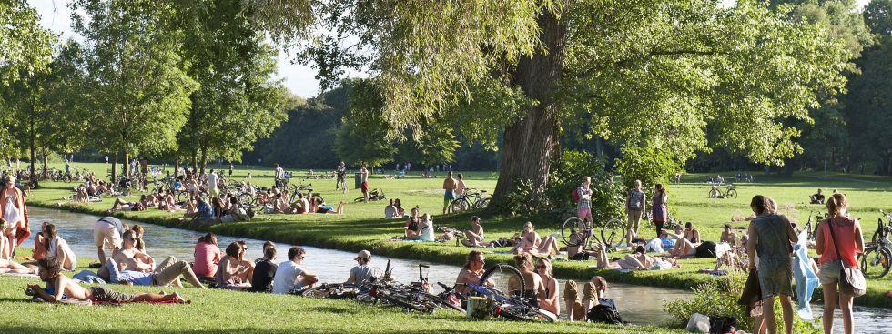 Englischer Garten im Sommer am Schwabinger Bach