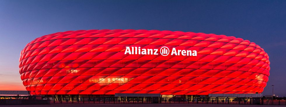 Rot leuchtende Allianz Arena in der Dämmerung, Foto: muenchen.de/Michael Hofmann