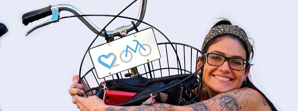 """Frau umarmt ihr Fahrrad für die Aktion """"We love Radl"""", Foto: Radlhauptstadt München / Martin Rattini"""