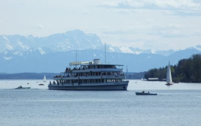 Schiff auf dem Starnberger See mit Alpenblick