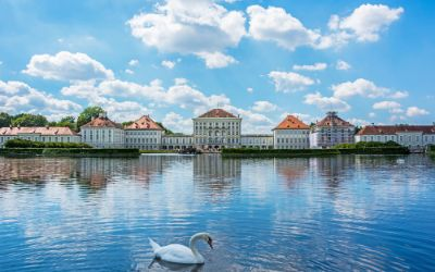 Nymphenburger Schloss an einem Sommertag mit Schwan