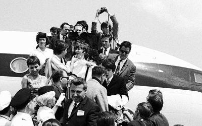 Die Beatles landen am 23.6.1966 auf dem Flughafen Riem