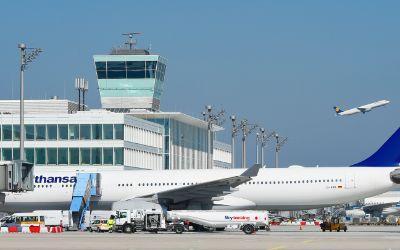 Flugzeuge vor dem Satellitenterminal