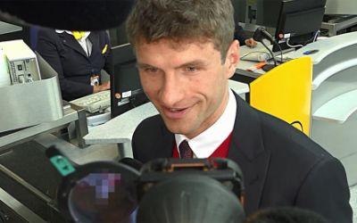 Thomas Müller vor dem Abflug zum Spiel gegen Atletico Madrid