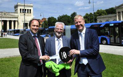 Die MVG präsentiert sechs neue Gelenkbusse am Münchner Königsplatz