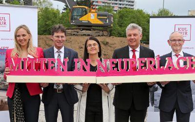 Oberbürgermeister Dieter Reiter (2.v.r.) bei der Grundsteinlegung am Hanns-Seidel-Platz