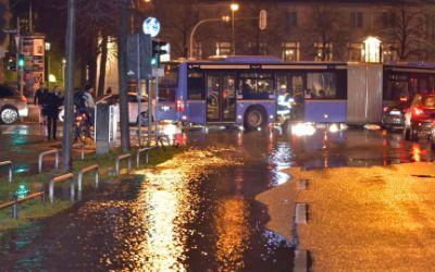 Feuerwehr-Einsatz am Prinzregentenplatz nach einem Wasserrohrbruch