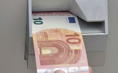 Neuer Zehn Euro Schein aus dem Bankautomaten