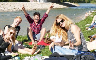 Den Frühling an der Isar genießen: Jugendliche freuen sich