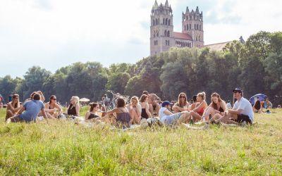 Gruppe von Menschen entspannt an der Isar