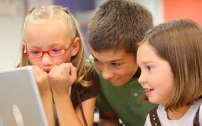 Kinder vor Computer